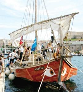 """Διαδηλωτές εμποδίζουν τον ελλιμενισμό του """"πλοίου της ντροπής"""""""