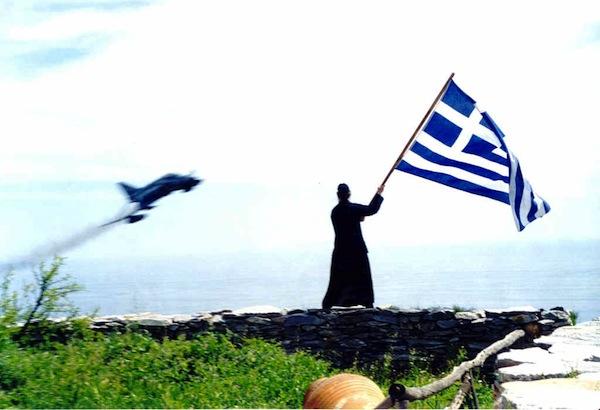"""Αποτέλεσμα εικόνας για κυματίζει την Ελληνική σημαία σε κάθε πέρασμα μαχητικού αεροσκάφους"""""""