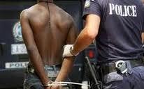 Μεθυσμένος παράνομος μετανάστης επιτέθηκε με ξυράφι σε αστυνομικούς επειδή περιπτεράς αρνήθηκε να του δώσει δωρεάν τσιγάρα και αλκοόλ!