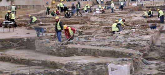 Διώροφα σπίτια με μπαλκόνια στη Φλώρινα 8000 ετών ! ! !