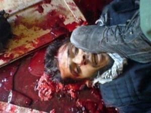 O κανίβαλος κάτω από τη μπότα Σύριου στρατιώτη