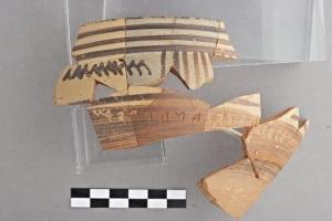 Ευβοϊκός σκύφος με εγχάρακτη επιγραφή: Είμαι [το ποτήρι/αγγείο;]   του Ακεσάνδρου. [… όποιος μου το στερήσει … τα μά]τια του  (ή τα χρήματά του) θα στερηθεί. Ευβοϊκό αλφάβητο   και ιωνική διάλεκτος περίπου 720 π.Χ.