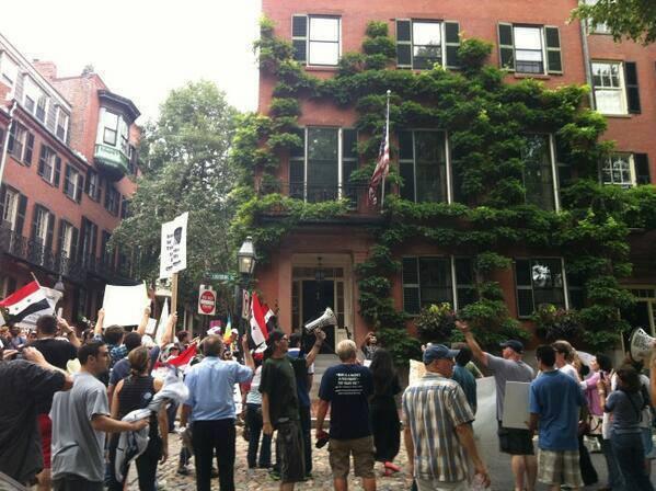 διαδηλωτές έξω από την οικία Κερρυ