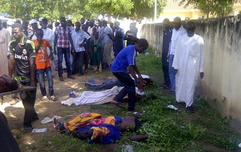 συγγενείς και εθελοντές στην αναγνώριση των νεκρών AP photo