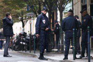 566290-des-policiers-gardent-l-entree-du-journal-liberation-a-paris-le-18-novembre-2013