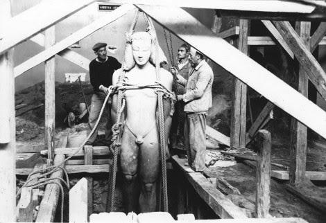 Η απόκρυψη του Κούρου του Σουνίου ΕΑΜ 2720 στο όρυγμα που είχε διανοιχθεί μπροστά από το βάθρο του. (Φωτογραφικό Αρχείο Εθνικού Αρχαιολογικού Μουσείου)