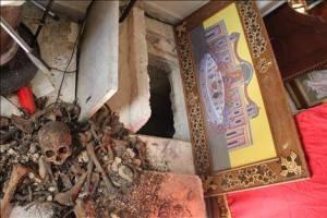 Επιβεβαιώνεται πλήρως η φρικτή αποκάλυψη του Ολυμπία, ότι μαζί με τις μοναχές απήχθησαν και τα ορφανά που φιλοξενούντο στο Ελληνορθόδοξο μοναστήρι της Αγίας Θέκλας στην Μααλούλα της Συρίας... ΤΗΕ DAILY STAR                                                                                     Βρυξέλλες Πορφύρης Δ /Σταφυλά Π       Η λιβανέζικη εφημερίδα The Daily Star 05.12.13 επιβεβαιώνει ότι εκτός των 12 μοναχών και δεκάδες ορφανά του μοναστηριού της Αγίας Θέκλας απήχθησαν από τους ισλαμιστές αντάρτες και μεταφέρθηκαν στην πόλη   Yabroud όπου και κρατούνται σε καθεστώς ομηρίας.      O Πατριάρχης Αντιοχείας Ιωάννης ο 10ος ο οποίος ακύρωσε προγραμματισμένη επίσκεψή του