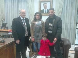 O γιατρός με την οικογένειά του μετά τη διάσωσή τους