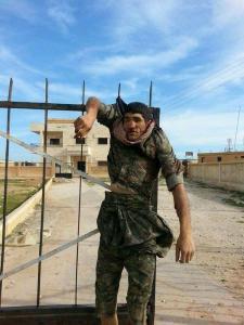 Κούρδος μαχητής που εκτελέστηκε στη Ράκκα και εκτέθηκε σε δημόσια θέα και στο twitter