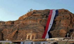 η συριακή σημαία και πάλι στα συριακά μετέωρα
