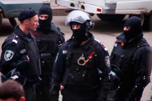 ουκρανοι αστυνομικοι με διαδηλωτες