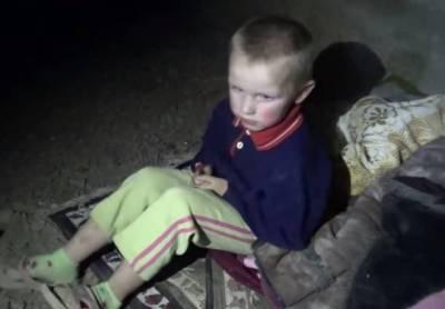 παιδί που έχει υποστεί σοκ από τους βομβαρδισμούς και ανέπτυξε αυτιστική συμπεριφορά