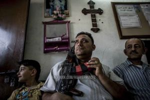 οι τελευταίοι χριστιανοί του ιράκ πήραν τα όπλα για ν απροστατεύσουν τις φαμίλιες τους