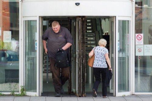 Auf freien Fuss gesetzt - Verurteilter Brite ist zu gross für die Gefängnisbetten