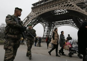Απασφάλισε ο στρατός στο Παρίσι μετά την θανατηφόρα τρομοκρατική επίθεση