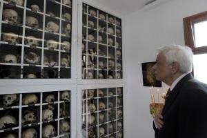 Ο Πρόεδρος της Δημοκρατίας Προκόπης Παυλόπουλος επισκέπτεται το Μαυσωλείο των 218 θυμάτων της σφαγής του Διστόμου, Δίστομο, Τετάρτη 10 Ιουνίου 2015. Πριν από 71 χρόνια στρατιωτική μονάδα των ναζί κατακτητών κατέσφαξε τον άμαχο πληθυσμό του Διστόμου ως αντίποινα σε αντιστασιακή ενέργεια. Οι κάτοικοι του Διστόμου, 71 χρόνια μετά, διεκδικούν ακόμη την ηθική και υλική δικαίωση τους για το έγκλημα. ΑΠΕ-ΜΠΕ / ΑΠΕ-ΜΠΕ / ΟΡΕΣΤΗΣ ΠΑΝΑΓΙΩΤΟΥ