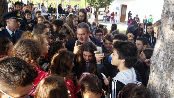 Ο ΥΕΘΑ @PanosKammenos με μαθητές στο Οχυρό του Ρούπελ  (2)
