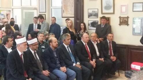 από αριστέρα : Ψευδομουφτήδες, Μπιλάλ Ερντογάν, πρόξενος, Κοράι Χασάν, πρώην βουλευτής ΠΑΣΟΚ Χατζηοσμάν, ιμάμης Πολυάνθου-στενός συνεργάτης του ψευδομουφτή Σερίφ.