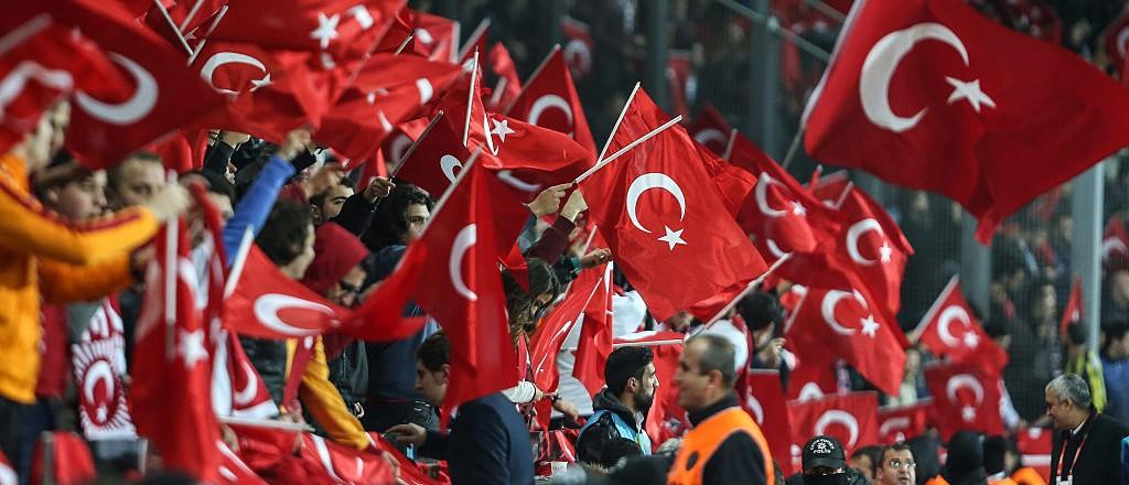 Κατα την διάρκεια του ενός λεπτού σιγής για τα θύματα της επιθεσης στο Παρίσι οι Τουρκοι Κεμαλοναζί φώναζαν şehitler ölmez, vatan bölünmez