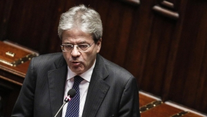 epa05673688 New Italian Prime Minister Paolo Gentiloni (R) delivers a speech in the Lower House ahead of a confidence vote later in the day, in Rome, Italy, 13 December 2016. EPA/GIUSEPPE LAMI