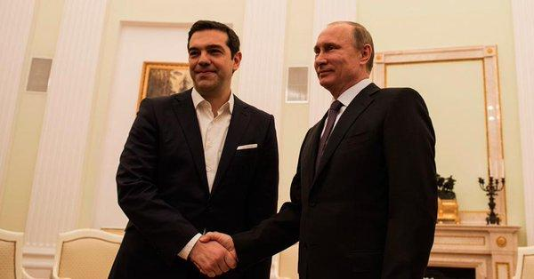 Εισαγωγικά στη συνάντηση που συνεχίζουν να έχουν Βλαντίμιρ Πούτιν και Αλέξης Τσίπρας, ο Έλληνας πρωθυπουργός υπογράμμισε την ενίσχυση των ελληνο-ρωσικών σχέσεων στους τομείς της οικονομίας, του εμπορίου, του τουρισμού κ.α. Τα τελευταία χρόνια -σημείωσε ο Αλ. Τσίπρας- διαπιστώνεται σημαντική αύξηση των εμπορικών συναλλαγών και του αριθμού τουριστών από τη Ρωσία προς την Ελλάδα. Οι δύο κυβερνήσεις συνεργάζονται πολύ στενά για την ενίσχυση των διμερών σχέσεων σε όλους τους τομείς. Για τον σκοπό αυτό, Ελλάδα και Ρωσία θα προετοιμάσουν τη νέα Σύνοδο Μικτής Διϋπουργικής Επιτροπής. Από την πλευρά του, ο Βλ. Πούτιν ευχαρίστησε τον Έλληνα πρωθυπουργό για τις προσπάθειες που καταβάλλει για την ενίσχυση των ελληνορωσικών σχέσεων. Αναφέρθηκε δε, στην ανάγκη περαιτέρω εμβάθυνσης των διμερών σχέσεων. Στη συνάντηση παρόντες είναι οι υπουργοί Εξωτερικών Νίκος Κοτζιάς και Σεργκέι Λαβρόφ, επίσης ο υπουργός Ψηφιακής Πολιτικής Νίκος Παππάς.