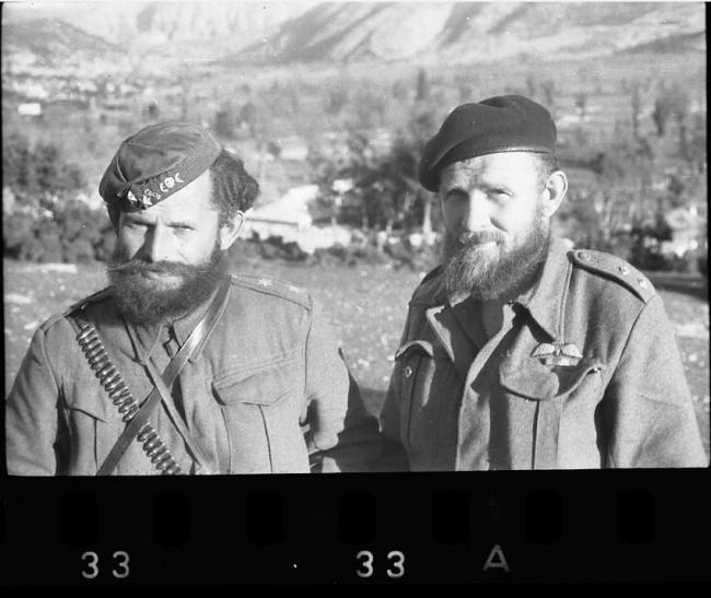 agoros-barnesΟ οπλαρχηγός του ΕΔΕΣ Γεώργιος Αγόρος (αριστερά) με τον υπεύθυνο Βρετανό σύνδεσμο στην Ήπειρο, Τομ Μπαρνς.