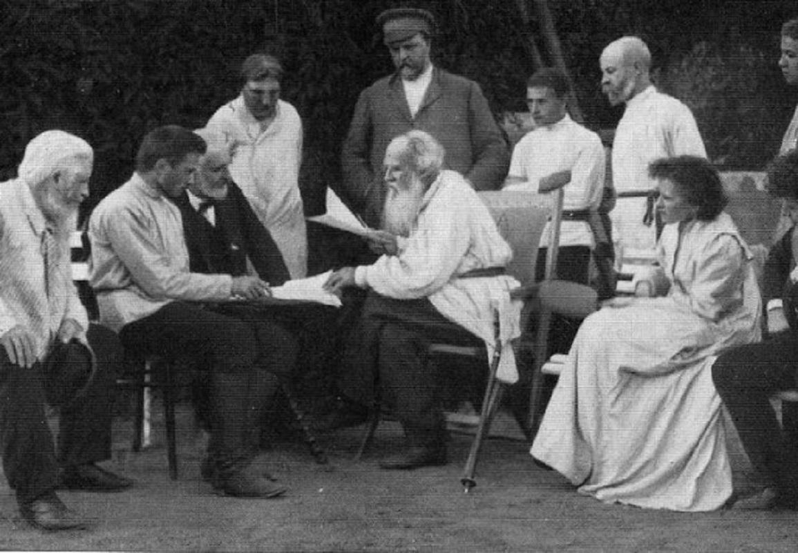Ο Λέων Τολστόι διαβάζει γραπτά του σε φίλους 1910.