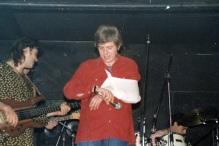 Μια από τις τελευταίες εμφανίσεις του Παύλου στη συναυλία με τους Απροσάρμοστους στο 'Αν' (Αλέκος Αράπης στο μπάσο, Κυριάκος Δαρίβας στα ντράμς)