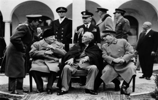 Κάθε πόλεμος γεννάει μύθους που χρησιμεύουν στη δικαίωση και διαιώνισή του. Ο Ψυχρός Πόλεμος δεν αποτέλεσε εξαίρεση. H υπόθεση της ειρήνης και το μέλλον της Ευρώπης μετά τον πόλεμο απασχόλησε τους Συμμάχους πολύ νωρίς. H τελευταία συνάντηση του Ρούζβελτ με τον Τσόρτσιλ και τον Στάλιν έγινε στην παραλιακή πόλη της Κριμαίας, τη Γιάλτα. H διάσκεψη που διεξήχθη μεταξύ 4 και 11 Φεβρουαρίου 1945, τυλιγμένη σε ένα πέπλο μυστηρίου, όπως και η χειμερινή ομίχλη που σκέπαζε την πόλη, έχει αποτυπωθεί στην παγκόσμια συνείδηση ως η σημαντικότερη αναμέτρηση αντιπάλων στη διεθνή σκακιέρα. Οχι αδίκως. Στις 31 Ιανουαρίου 1945 ο πρεσβευτής στην Αγκυρα P. Ραφαήλ ενημερώνει με κρυπτοτηλεγράφημά του το ελληνικό ΥΠΕΞ: «Πληροφορούμαι ασφαλώς ότι διήλθον εκ Στενών επιβαίνοντες αμερικανικού πλοίου και κατευθυνόμενοι νότιον Ρωσίαν εμπειρογνώμονες και λοιπά πρόσωπα συνδιασκέψεως τριών αρχηγών. Κατά τουρκικάς πληροφορίας συνδιάσκεψις αύτη λάβη χώραν πιθανώτατα εν Κριμαία εντός των προσεχών ημερών». Δύο ημέρες μετά, στις 2 Φεβρουαρίου, ώρα 19.55, στο ΥΠΕΞ φτάνει έτερο κρυπτοτηλεγράφημα από τη Μόσχα του έλληνα πρεσβευτή I. Πολίτη. «Απολύτως απόρρητον. Καίτοι ως εικός άκρα μυστικότης επικρατεί, εν τούτοις πλείσται υπάρχουν ενδείξεις ότι διάσκεψις Τριών ήρξατο ή όσον ούπω άρχεται εις τι μέρος Νοτίου Ρωσίας. Πλην στρατιωτικών ζητημάτων θα συζητηθούν επίσης και πολιτικά ζητήματα, κυρίως. Δηλώσεις Χόπκινς (σημ. σύμβουλος του Ρούζβελτ) εν Ρώμη αφήνουν υπονοηθή ότι μεταξύ Αγγλοαμερικανών και Ρώσων υπάρχουν βασικαί διαφωνίαι…». Στις 6 Φεβρουαρίου ο Πολίτης επανέρχεται με νέο τηλεγράφημα πληροφορώντας το Κέντρο «από ημερών πρεσβευταί και κυριώτεροι υπάλληλοι ενταύθα βρετανικής και αμερικανικής πρεσβείας ανεχώρησαν προς νότον όπου συνέρχεται διάσκεψις αρχηγών. Χαρακτηριστικόν τυγχάνει ότι καίτοι διάσκεψις αποφασίσθη περί ζητημάτων άτινα καθορίσουν το μέλλον της Ευρώπης και έχουν μεγίστην επιρροήν επί μικρών κρατών, εν τούτοις ουδείς αντιπρόσωπος τελευταίων τούτων προσεκλήθη…». Ο τόπος σύγκλησης της Διάσκεψ