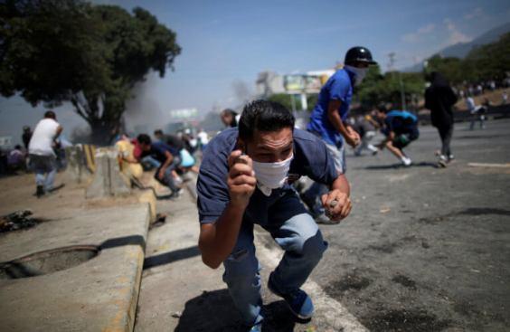 ΣΟΚΑΡΙΣΤΙΚΟ ΒΙΝΤΕΟ-Τεθωρακισμένο όχημα πέφτει πάνω στο πλήθος στην #Βενεζούελα #Πραξικόπημα venezuela_epeisodia_3004_1-768x501 (1)