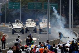 ΣΟΚΑΡΙΣΤΙΚΟ ΒΙΝΤΕΟ-Τεθωρακισμένο όχημα πέφτει πάνω στο πλήθος στην #Βενεζούελα #Πραξικόπημα venezuela_epeisodia_3004_1-768x501 (2)