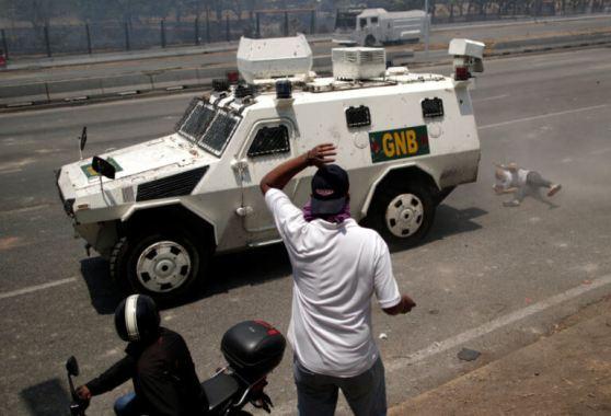 ΣΟΚΑΡΙΣΤΙΚΟ ΒΙΝΤΕΟ-Τεθωρακισμένο όχημα πέφτει πάνω στο πλήθος στην #Βενεζούελα #Πραξικόπημα venezuela_epeisodia_3004_1-768x501 (11)