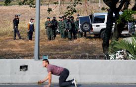 ΣΟΚΑΡΙΣΤΙΚΟ ΒΙΝΤΕΟ-Τεθωρακισμένο όχημα πέφτει πάνω στο πλήθος στην #Βενεζούελα #Πραξικόπημα venezuela_epeisodia_3004_1-768x501 (4)