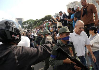 ΣΟΚΑΡΙΣΤΙΚΟ ΒΙΝΤΕΟ-Τεθωρακισμένο όχημα πέφτει πάνω στο πλήθος στην #Βενεζούελα #Πραξικόπημα venezuela_epeisodia_3004_1-768x501 (9)