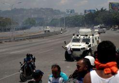 ΣΟΚΑΡΙΣΤΙΚΟ ΒΙΝΤΕΟ-Τεθωρακισμένο όχημα πέφτει πάνω στο πλήθος στην #Βενεζούελα #Πραξικόπημα venezuela_epeisodia_3004_1-768x501 (10)