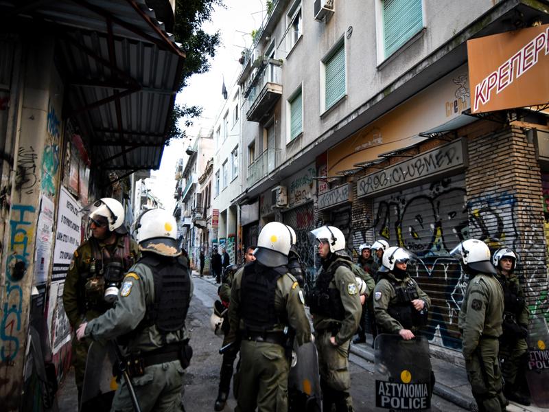 Επιχείρηση της ΕΛ.ΑΣ. σε δύο υπό κατάληψη κτίρια στα Εξάρχεια – Τουλάχιστον 70 προσαγωγές