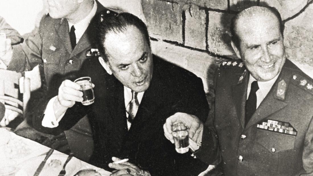 Ο υμνητής του Σημίτη και του Γιώργου Παπανδρέου, τώρα παριστάνει τον Παπαδόπουλο