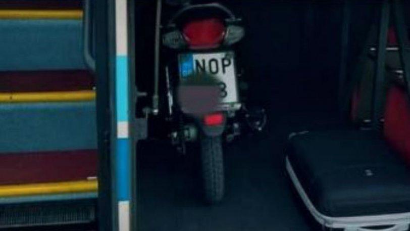 Έβαλε το μηχανάκι του μαζί με τις αποσκευές στο πορτ μπαγκάζ του ΚΤΕΛ.