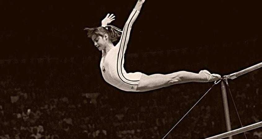 """Στις 18 Ιουλίου του 1976, ημέρα Κυριακή, οι Ολυμπιακοί Αγώνες του Μόντρεαλ έμπαιναν στη δεύτερη ημέρα τους. Μεταξύ των events ήταν και τα προκριματικά της ενόργανης γυμναστικής. Μια στάση εδώ: η ελβετική εταιρία πολυτελών ωρολόγιον Omega συνεργαζόταν με την Διεθνή Ολυμπιακή Επιτροπή από το 1932. Πριν το Μόντρεαλ είχε απευθύνει στη ΔΟΕ την ερώτηση αν θα ήταν χρήσιμο να αντικαταστήσουν τους πίνακες βαθμολογίας, ώστε τα τρία ψηφία να γίνουν τέσσερα. Είχαν σημειώσει πως ενδεχομένως αυτό να χρειαστεί στην ενόργανη γυμναστική. Η ΔΟΕ είχε απαντήσει """"το δεκάρι δεν είναι υπαρκτό ενδεχόμενο. Ουδείς το 'χει πετύχει. Είναι κάτι το άπιαστο. Έτσι κρατήσαμε τα τρία ψηφία"""", όπως αποκάλυψε ο Daniel Baumat, διευθυντής της Swiss Timing -μέλος της Swatch Group όπου ανήκει η Omega. https://www.instagram.com/p/B0CUip6ghnu/ Πριν απο λίγο ο επίσημος λογαριασμός twitter των Ολυμπιακών Αγώνων ανέβασε το βίντεο με πρόγραμμα της Νάντιας Κομανέτσι https://twitter.com/Olympics/status/1151886063335596034 https://twitter.com/nadiacomaneci10/status/1151636265965461505"""