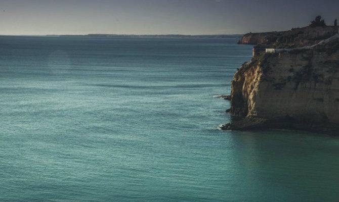 Η θάλασσα ξέρει να μετατρέπει τον πόνο σου σε ηρεμία και γαλήνη.