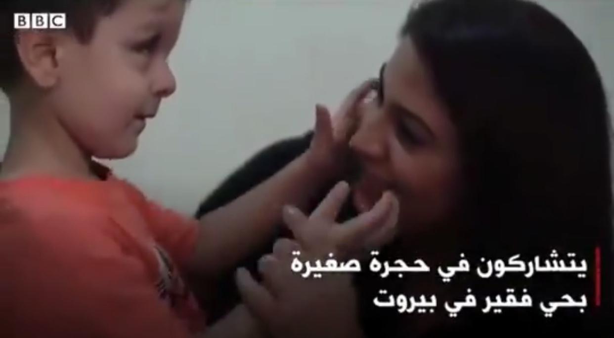 Αυτό το παιδάκι δεν μπορεί να δει τη μητέρα του, δεν μπορεί ούτε να κλάψει.