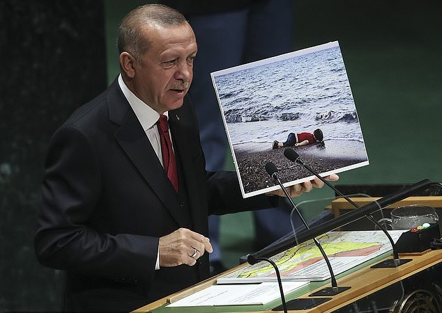 Erdogan holding Aylan's picture at the U.N. General Assembly on Tuesday