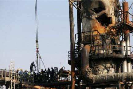 Trabajadores en una tubería dañada de la planta petrolera de Saudi Aramco en Arabia Saudita. 20 de septiembre de 2019. REUTERS/Hamad l Mohammed.