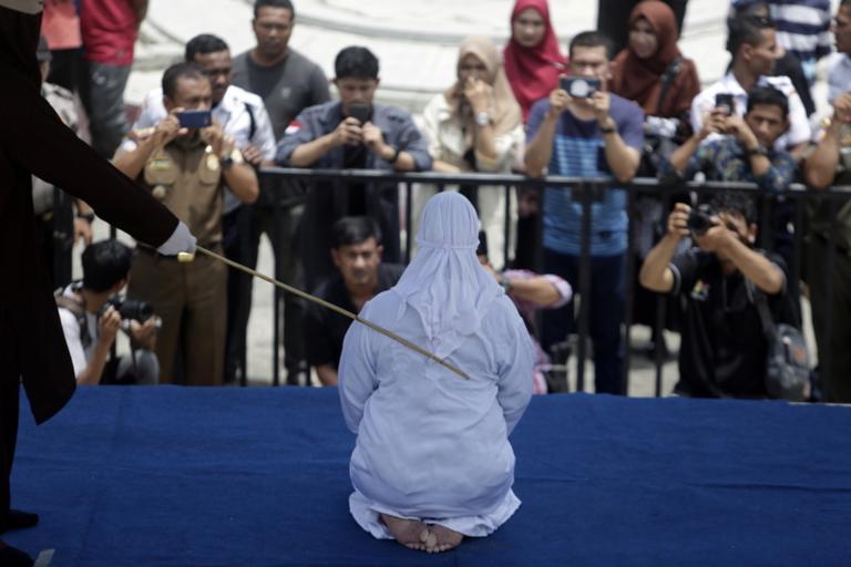ΚΤΗΝΗ ΙΣΛΑΜΟΦΑΣΙΣΤΕΣ Μαστιγώνουν δημόσια γυναίκα στην Ινδονησία εν ἔτει 2019 μ.X. ! ΚΑΤΕΡΡΕΥΣΕ από τον πόνο !