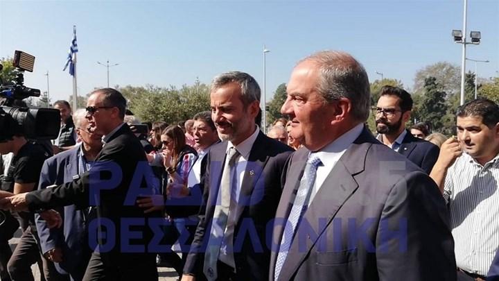 Θερμή υποδοχή του Κώστα Καραμανλή στο δημαρχείο Θεσσαλονίκης.