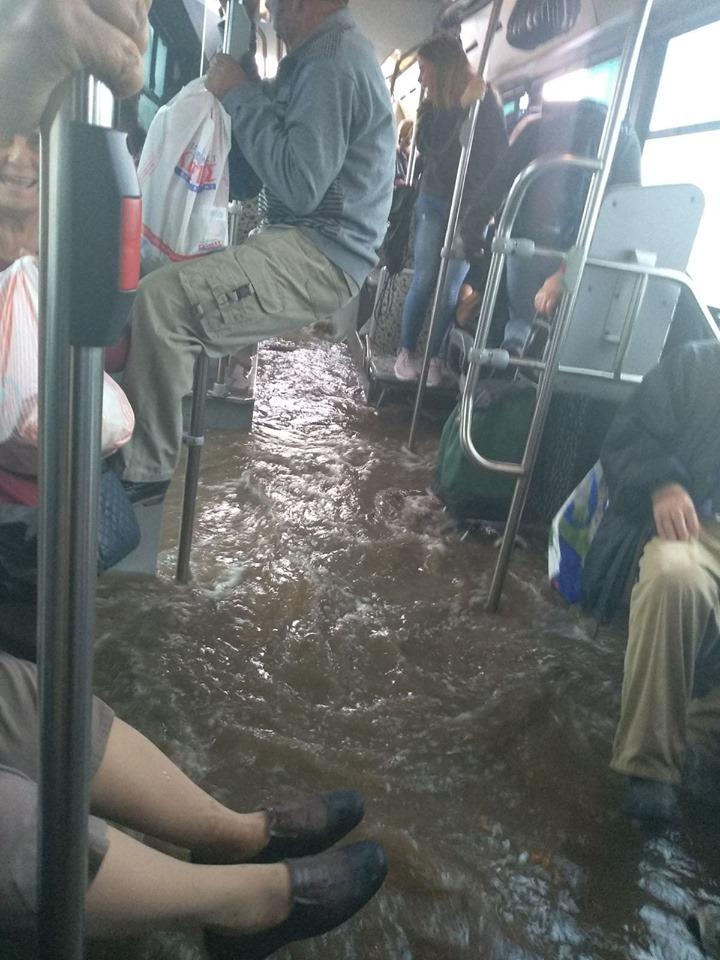 Αστικό λεωφορείο στον Ασπροπυργο μετατράπηκε σε βάρκα. Δείτε το βίντεο με το όχημα πλημμυρισμένο και τους επιβάτες μεσα στα νερά.