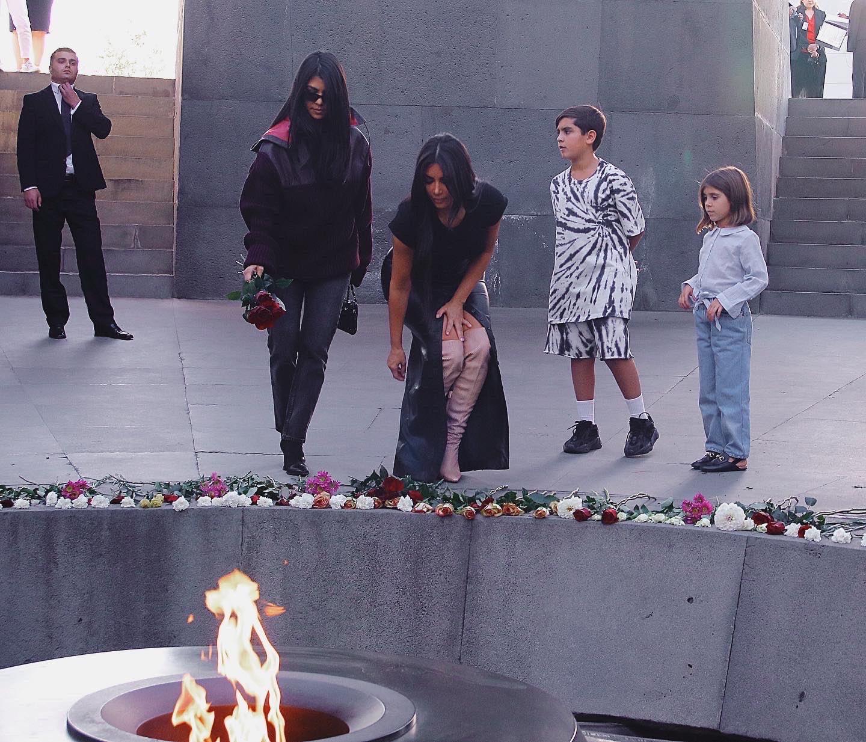 Η Kim Kardashian Πήγε τα παιδιά της στο μνημείο της γενοκτονίας των Αρμενίων για να τα διδάξει να μην ξεχάσουν ποτέ!