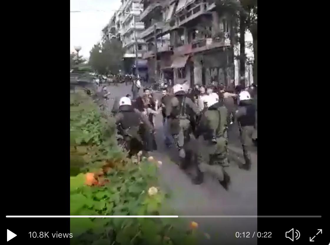 Ελλάδα 2019: «Νόμος και τάξη» Χρυσοχοΐδη με ΜΑΤ να κλωτσάνε απρόκλητα νεαρές φοιτήτριες έξω από την ΑΣΟΕΕ [Βίντεο]
