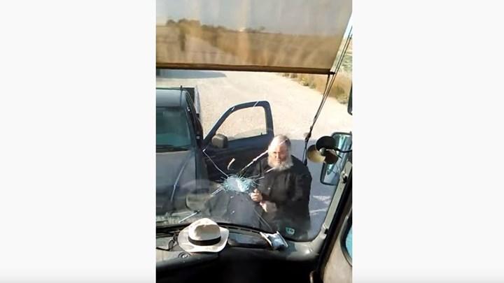 Καλόγερος στη Σαντορίνη πέφτει με το αυτοκίνητό του πάνω στο λεωφορείο και το σπάει με λοστό.
