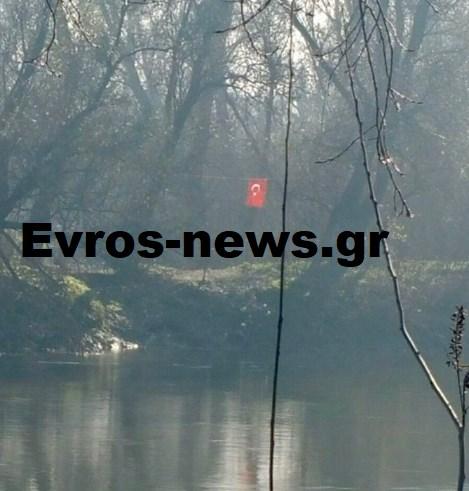 Ύψωσαν τουρκική σημαία σε ελληνική νησίδα στον Έβρο στο χωριό Πραγγί κοντά στο Διδυμοτειχο.